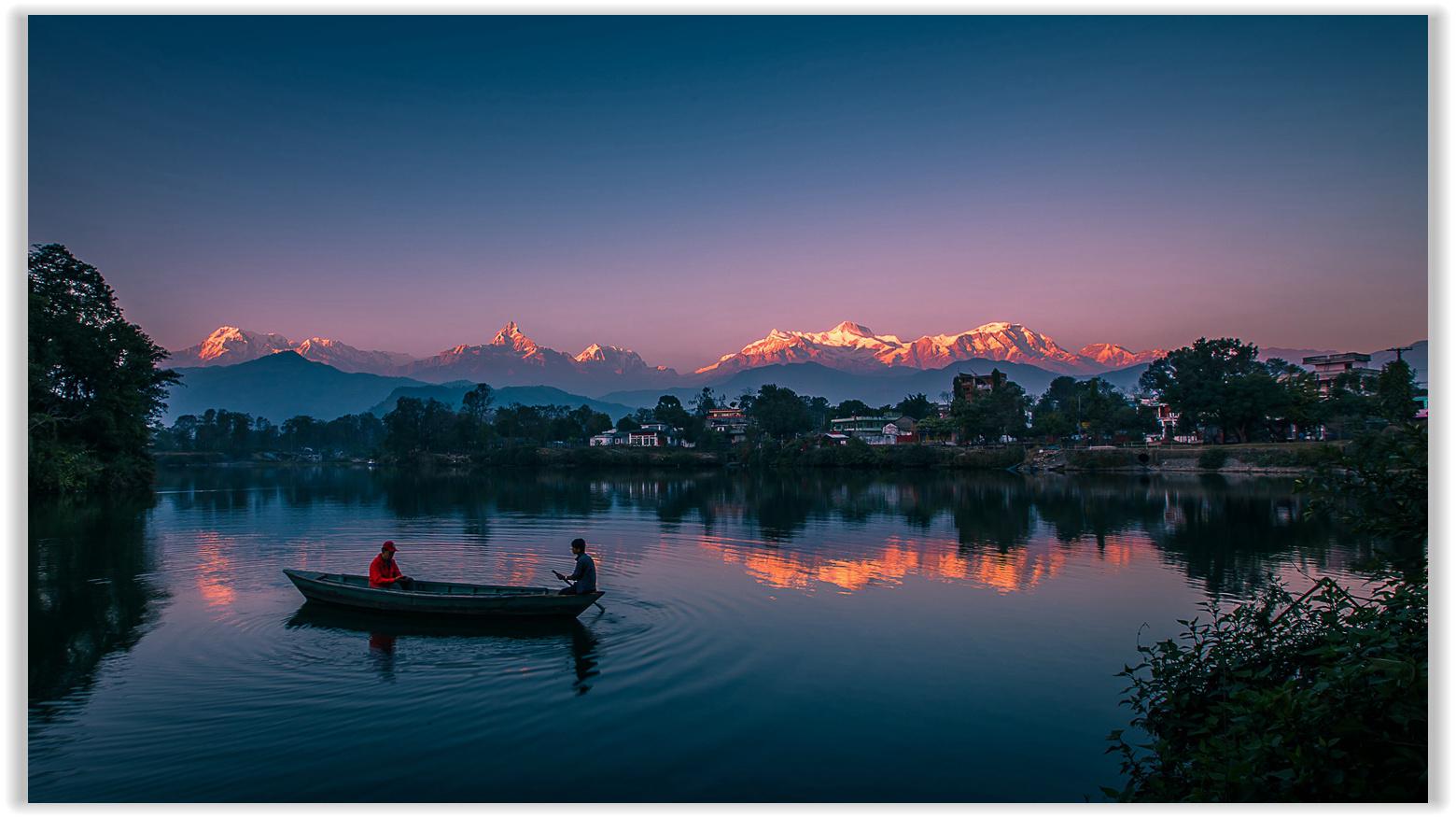 尼泊尔雪山 云雾 田园